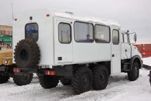 Вахтовый автобус «Урал-3255» на стоянке, общий вид сзади
